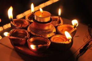 bougies indiennes, divers, bougie, bougies, Inde, Indien, brûlant, Feu, flamme, illuminé, feu - phénomène naturel, chaleur - température, lampe à huile, personne, diya - lampe à huile, fête, matériel d'éclairage, Diwali, embrasé, décoration, la nature, à l'intérieur, fermer, lampe électrique, foncé, thé léger, luminosité, 4K, CC0, domaine public, libre de droits